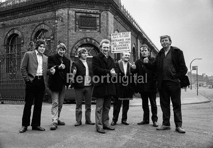 Gas workers on strike for higher pay on picket line outside gasworks, Stockport - Martin Mayer - 1972-03-25