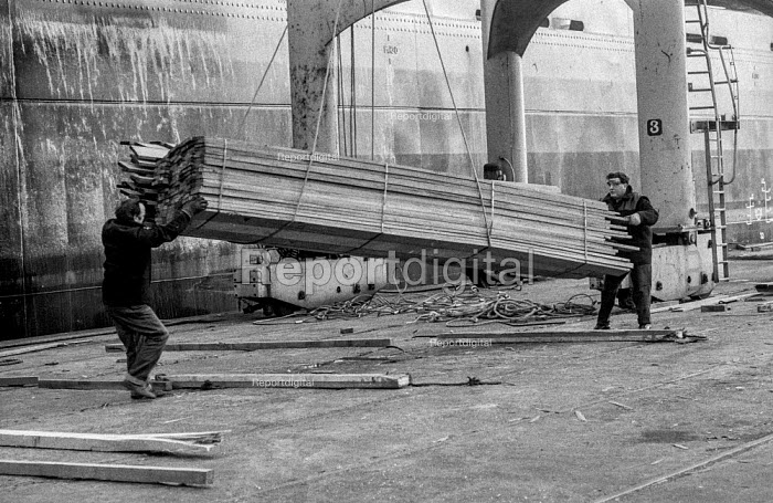 Dock workers on Liverpool docks - palletised timber - Martin Mayer - 1972-04-27