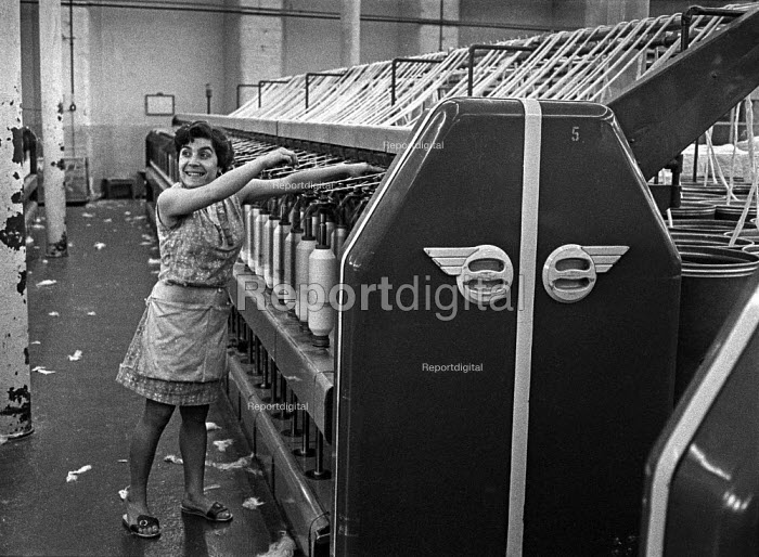 Young woman worker in a cotton Mill in Ashton-under-Lyne, Greater Manchester, Lancashire, finishing the last shift before the traditional Wakes Week holiday. - Martin Mayer - 1970-08-20