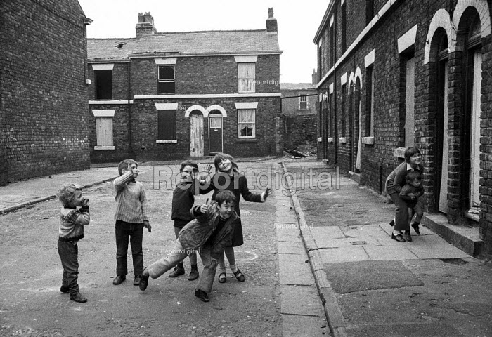 Children play in abandoned terraced streets, condemned as slums so they can be demolished, Everton, Liverpool. - Martin Mayer - 1972-04-26