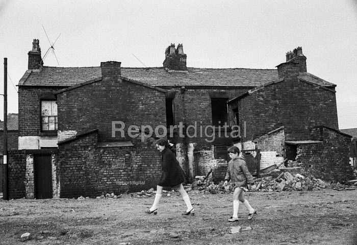 Girls walking through rubble in slum clearance area of Everton in Liverpool. - Martin Mayer - 1972-04-26