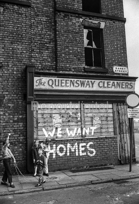 Children play in abandoned terraced streets, condemned as slums, next to slogans demanding decent housing, Everton, Liverpool. - Martin Mayer - 1972-04-26