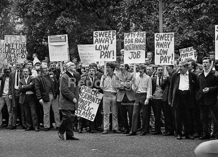 Council workers lobby Department of Employment over low pay, London - Martin Mayer - 1970-09-10
