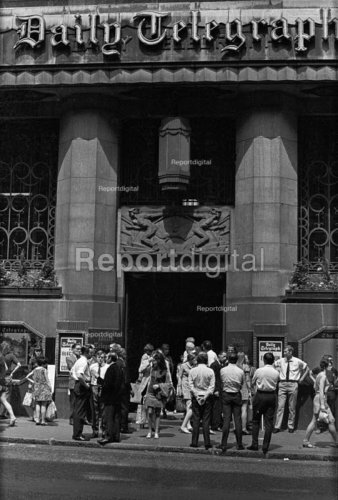 Print workers strike at Daily Telegraph, Fleet Street, London - Martin Mayer - 1970-06-10