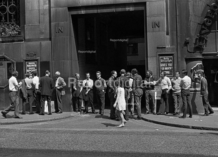 Print workers strike at Daily Telegraph, Fleet Street, London - Martin Mayer - 1970-06-10
