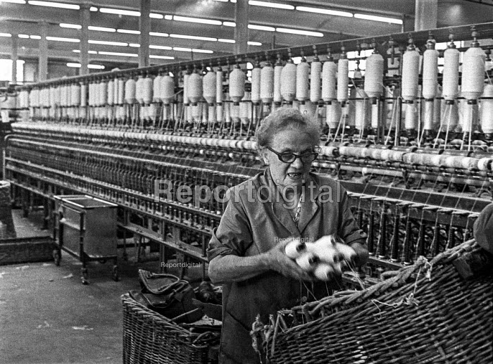 A woman at work in a cotton mill in Ashton-under-Lyne, Greater Manchester, Lancashire - Martin Mayer - 1970-08-10
