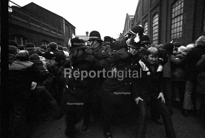 Steel strike 1980 Police block the entrance to Hadfields, Sheffield, to a mass pickets - Martin Mayer - 1980-02-14