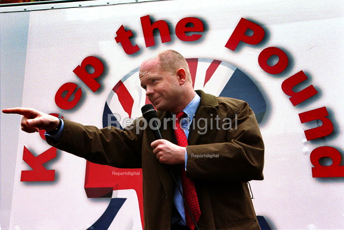 Leader of the opposition, William Hague on a Save the Pound tour Leeds. - Mark Pinder - 2000-03-16