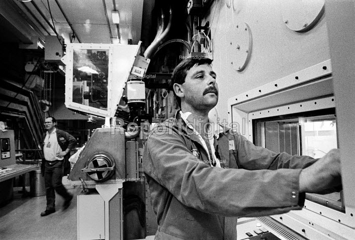 Worker operating Magnox Encapsulation Plant, Sellafield nuclear reprocessing plant, Cumbria. - Mark Pinder - 1993-02-16
