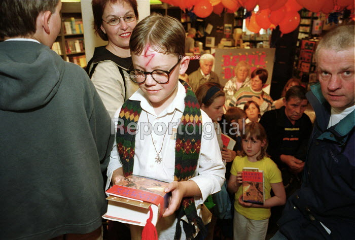 Harry Potter book signing, Waterstones, Newcastle Upon Tyne, 10/7/2000. - Mark Pinder - 2000-07-10