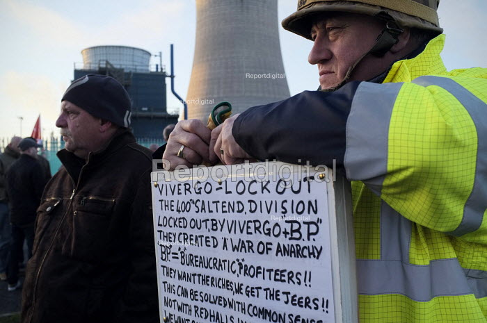 Vivergo lock out. Mass picket by Vivergo workers sacked by Redhall Engineering Services, Vivergo and BP at the Saltend Bioethanol chemical plant, Hull, East Yorkshire. - Mark Pinder - 2011-04-04