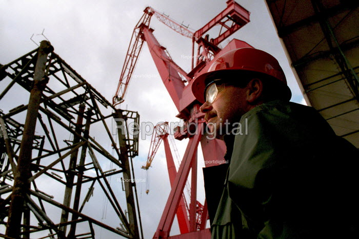 Shipyard worker Swan Hunter Shipbuilders, Wallsend, Tyne and Wear 1999 - Mark Pinder - 1999-02-09