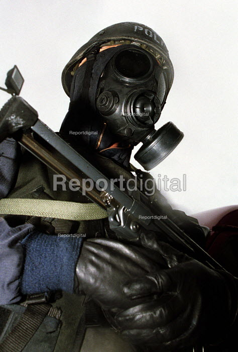 Armed Police with gas masks, firearms and tactical training at the Cleveland and Durham Police Tactical Training Centre, Urlay Nook, Stockton. 8/8 2001. - Mark Pinder - 2001-08-08