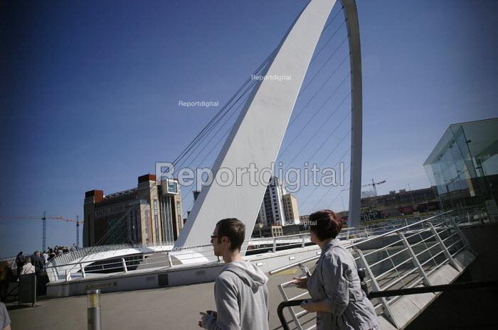 The Gateshead Millennium Bridge, Newcastle Upon Tyne. - Mark Pinder - 2007-02-05