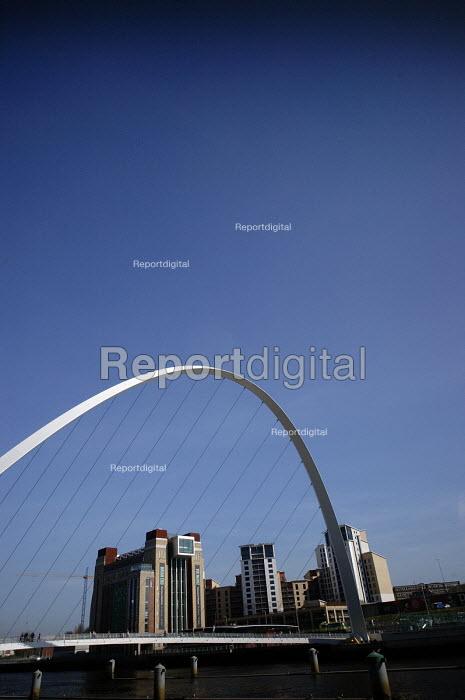 The Gateshead Millenium Bridge and Baltic Mill Art Gallery, Newcastle Upon Tyne. - Mark Pinder - 2007-02-05