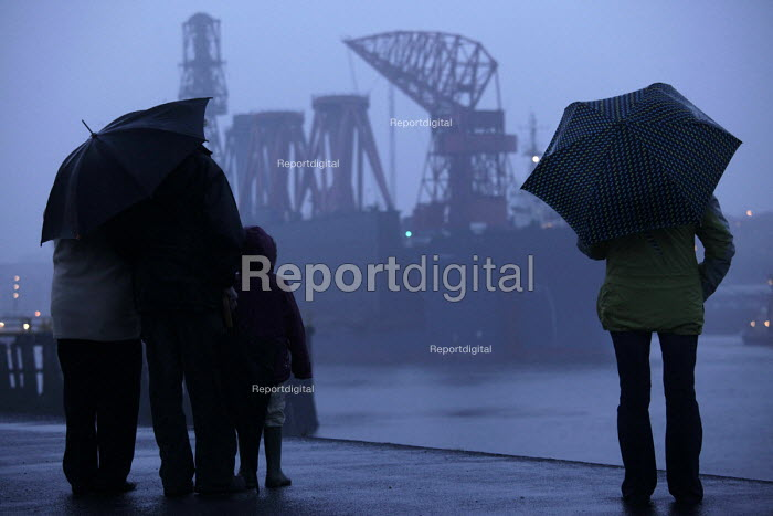 End of an era on the Tyne. Tynesiders gather at the Groyne in South Shields to say their final farewells to the Swan Hunter shipyard cranes as they leave the river Tyne, on a journey to the Bharati shipyard, Mangalore, India. The sale of the cranes deprives Tyneside finally of one of it's most recognisable and enduring industrial images, that of the cranes towering over the town of Wallsend and marks the end of a tradition of shipbuilding at Swan Hunter's stretching back over 145 years. South Shields - Mark Pinder - 2009-04-06