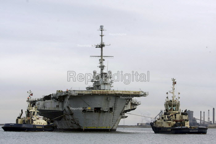 The decommissioned French aircraft carrier Le Clemenceau comes into ship dismantlers Able UK facility, Graythorp near Hartlepool. It is said to contain damaging toxins and asbestos - Mark Pinder - 2009-02-08