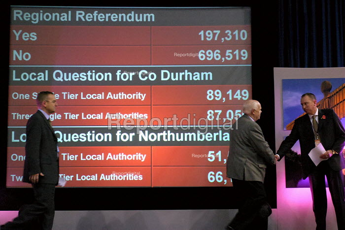 North east regional elected assembly. Sunderland, 5/11 2004. John Elliott who headed the No campaign and professor John Tomaney from the Yes campaign. The board is showing the final results of the referendum - Mark Pinder - 2004-11-05