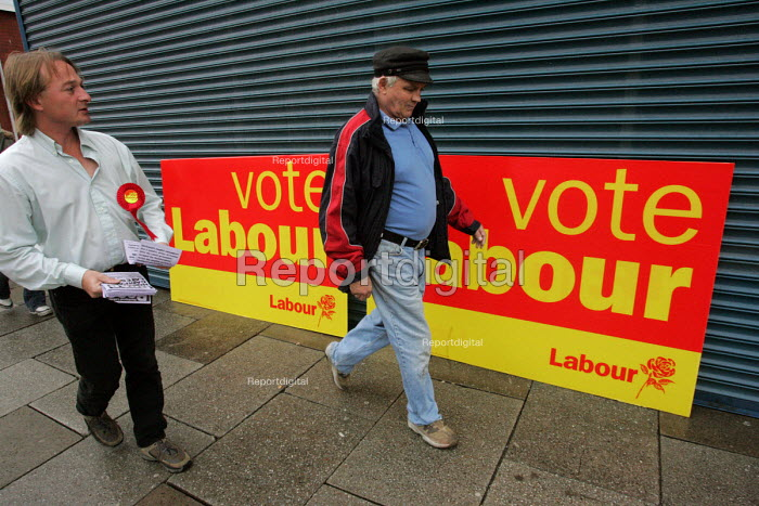 Labour Party campaigner giving out leaflets on York Road in Hartlepool by election campaign - Mark Pinder - 2004-08-18