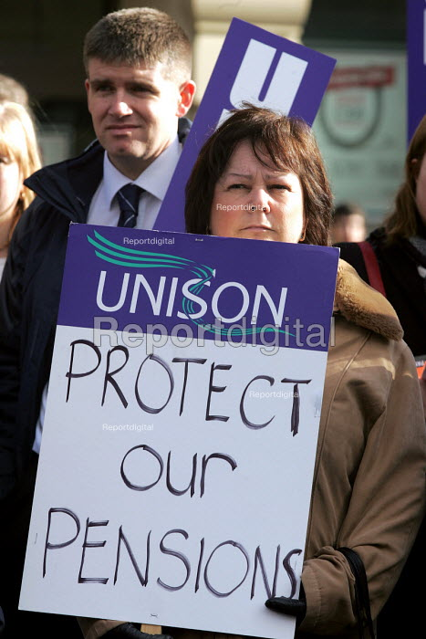 Public services unions rally to ptotest at possible future pensions provision in the public sector. Newcastle Upon Tyne, 18/2 2005. - Mark Pinder - 2005-02-18
