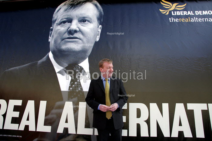Liberal Democrat leader Charles Kennedy on the Newcastle Upon Tyne. Tour of Britain to launch the Liberal Democrats 2005 election campaign. - Mark Pinder - 2005-04-05