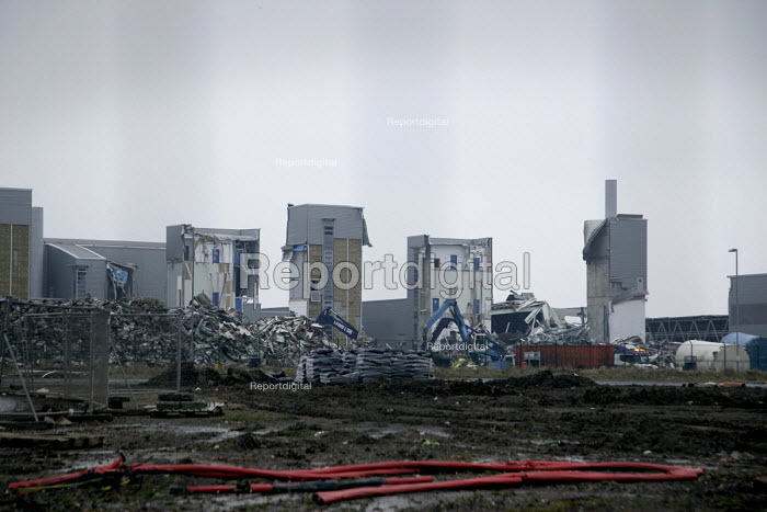 The former Siemens, (subsequently Atmel), semiconductor manufacturing plant in North Tyneside is demolished. Atmel finally closed the factory in 2008 with the loss of 600 jobs. North Shields. - Mark Pinder - 2009-01-15