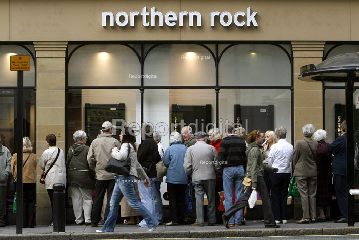 Northern Rock banking crisis. Customers queuing to withdraw deposits, city centre branch Newcastle, 2007 - Mark Pinder - 2007-09-17