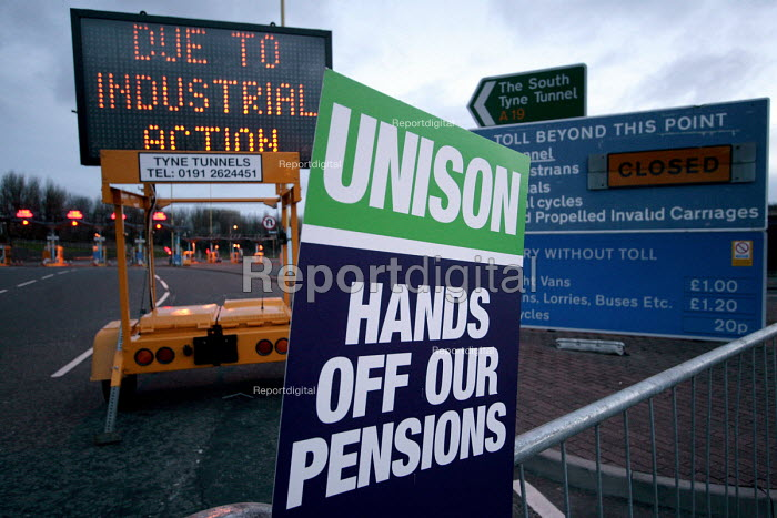 The north entrance to the Tyne Tunnel closed. Public services union one day strike to defend the Local Government Pension Scheme - Mark Pinder - 2006-03-28