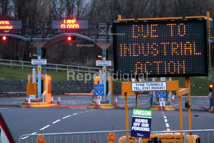 The north entrance to the Tyne Tunnel, closed as part of the Public services union one day strike to defend the Local Government Pension Scheme - Mark Pinder - 2006-03-28