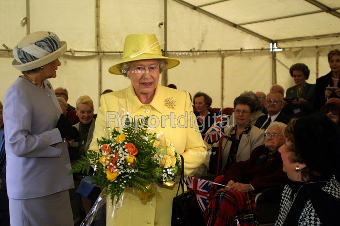 The Queen in Easington Colliery on the second day of her jubilee tour to the nort-east of England.Easington Colliery, Co Durham. - Mark Pinder - 2002-05-08