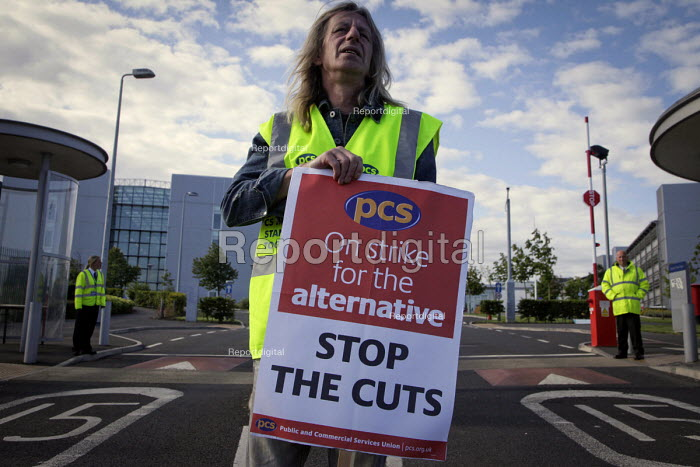 PCS on the picket line at the Department of Work and Pensions, (DWP), offices at Longbenton, Newcastle Upon Tyne - Mark Pinder - 2011-06-30