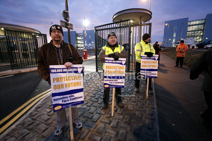Public and Commercial Union, (PCS), one day civil servants strike. Pickets at the department of work and pensions HQ in Longbenton, Newcastle Upon Tyne, 31/1 2007. - Mark Pinder - 2007-01-31