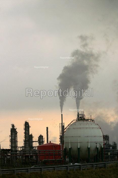 Industrial landscape of chemical works. Teesside, North east England. - Mark Pinder - 2002-10-30