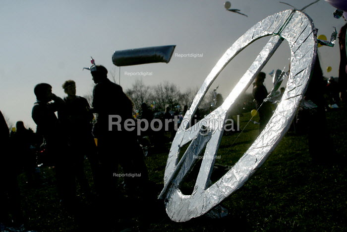CND Peace symbol at the Foil the Base event. Menwith Hill listening base, North Yorkshire. 22/3 2003. - Mark Pinder - 2003-03-22