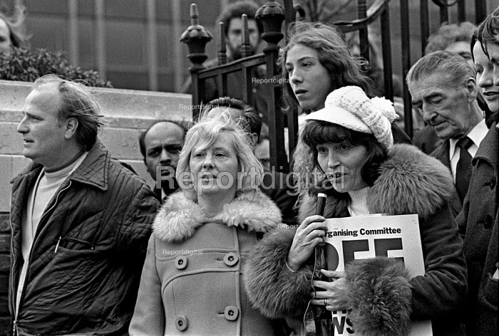 Elsa Warren (left) and Marlene Tomlinson, the wives of the jailed Shrewsbury 2 pickets, at a meeting in Tower Hill, London, before marching to Parliament to demand the release of the jailed men. London - NLA - 1975-01-14