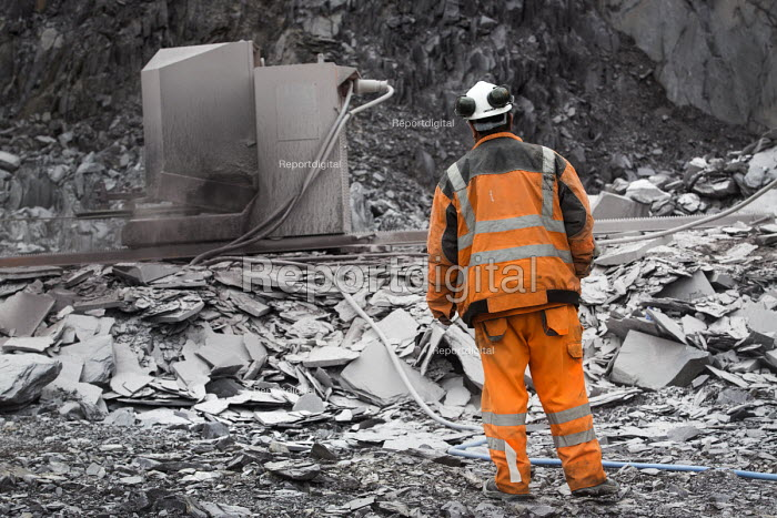 A quarry worker operates the diamond wire cutting machine at Welsh Slate, Penrhyn quarry, Bethesda, North Wales. - Paul Box - 2013-08-12