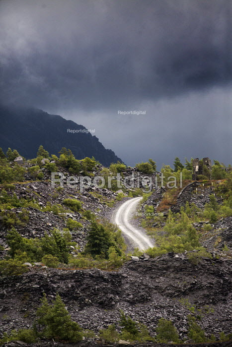 A mountain road at Penrhyn quarry, Bethesda, North Wales. - Paul Box - 2013-08-12