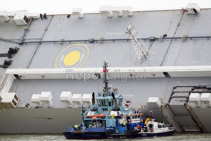 Salvage experts climbing on the ship. The Hoegh Osaka car carrier aground on Bramble Bank between Southampton and the Isle of Wight after it sailed from the Hampshire port with its cargo of 1,400 cars - Paul Box - 2015-01-07