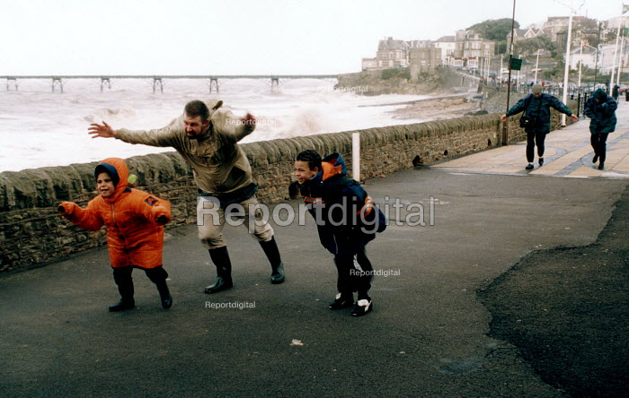 A family struggles aginst storm force winds, Clevedon, near Bristol. - Paul Box - 2002-10-27