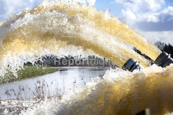 Environment agency pump water from flooded land at Northmoor pumping station, on the Somerset levels. - Paul Box - 2014-02-07