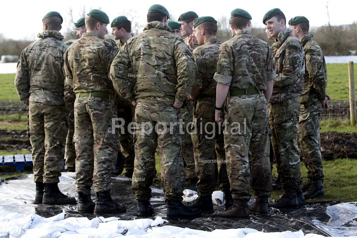 The army arrive at the village of Moorland to help lay sand bags to prevent flooding of houses on the Somerset levels. - Paul Box - 2014-02-07