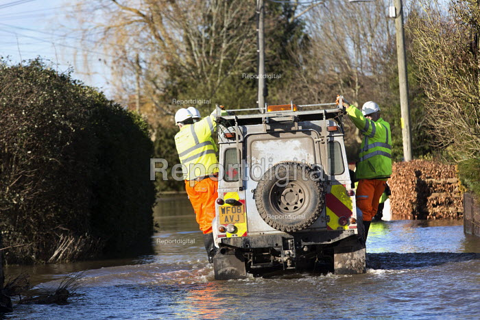 Environment agency drive through flood water at Moorland on the Somerset levels. - Paul Box - 2014-02-07