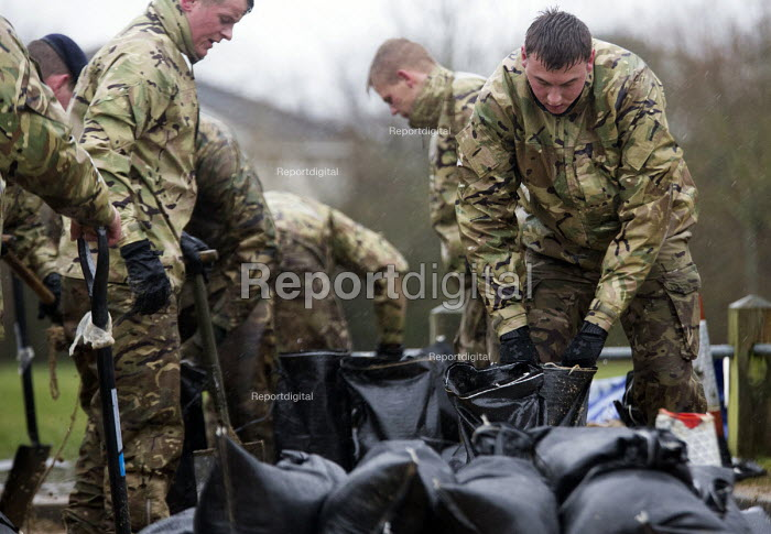 The army fill sand bags at Wraysbury, Berkshire which has been flooded after the Thames burst its banks. - Paul Box - 2014-02-12