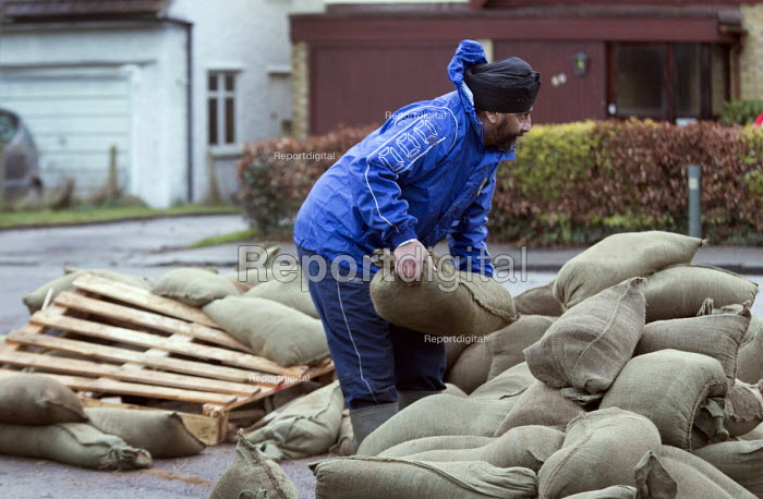 A resident loads his BMW with sandbags, Wraysbury, Berkshire after the Thames burst its banks. - Paul Box - 2014-02-12