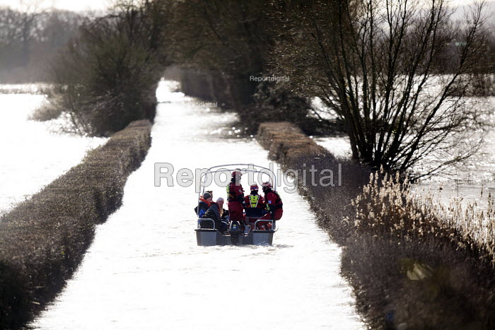 Residents get a humanitarian boat to their homes in Moorland, Somerset after the river Parrett breaks its banks. - Paul Box - 2014-02-04