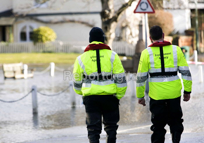 Environment Agency staff surveying the floods at Datchet, Berkshire which has been flooded after the Thames burst its banks. - Paul Box - 2014-02-13