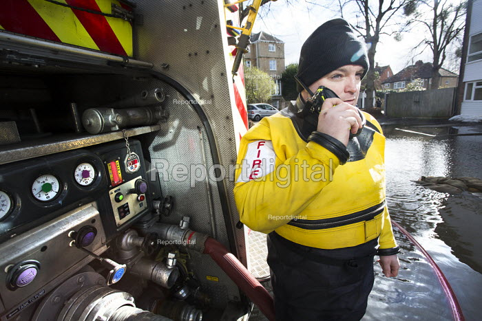 Firefighters pump water from flooded properties in Datchet , Berkshire which has been flooded after the Thames burst its banks. - Paul Box - 2014-02-13
