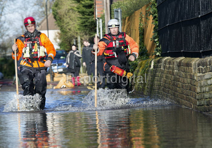 Norfolk fire and rescue service check on residents in Datchet , Berkshire which has been flooded after the river Thames burst its banks. - Paul Box - 2014-02-13