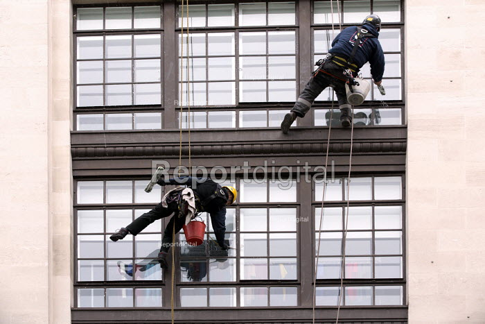 Window cleaners working, Oxford street, London - Paul Box - 2014-02-15