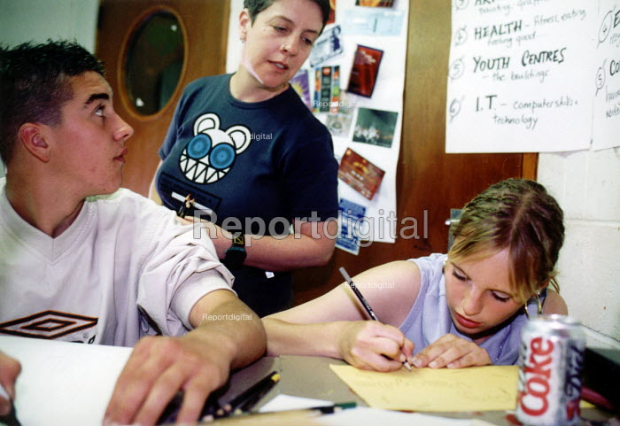 Youth worker and teenagers drawing at Bristol Youth Club - Paul Box - 2001-07-14